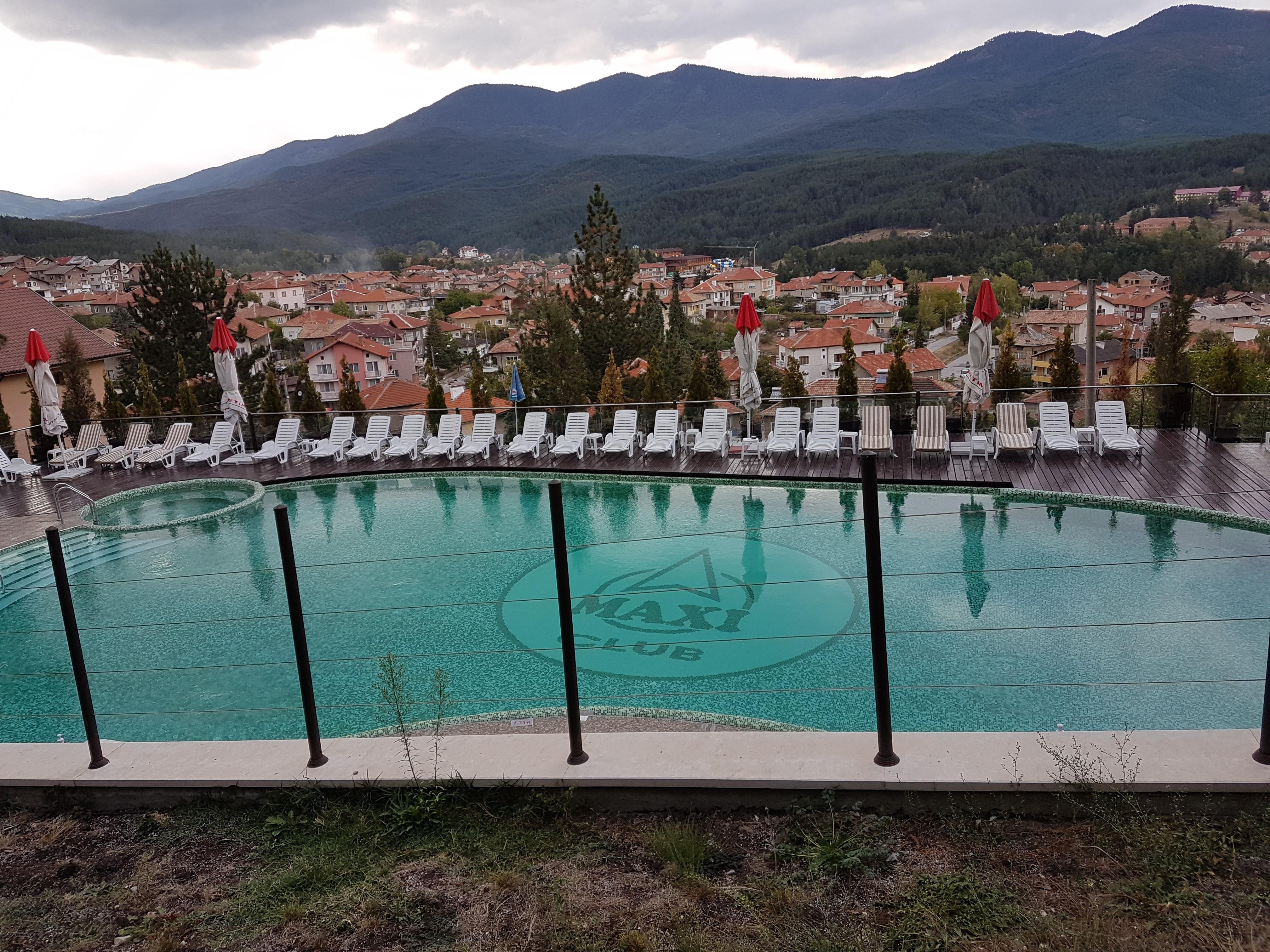 Външен минерален басейн на хотел Макси Велинград/ Outdorr mineral water pool at hotel Maxi Velingrad,placescases.com