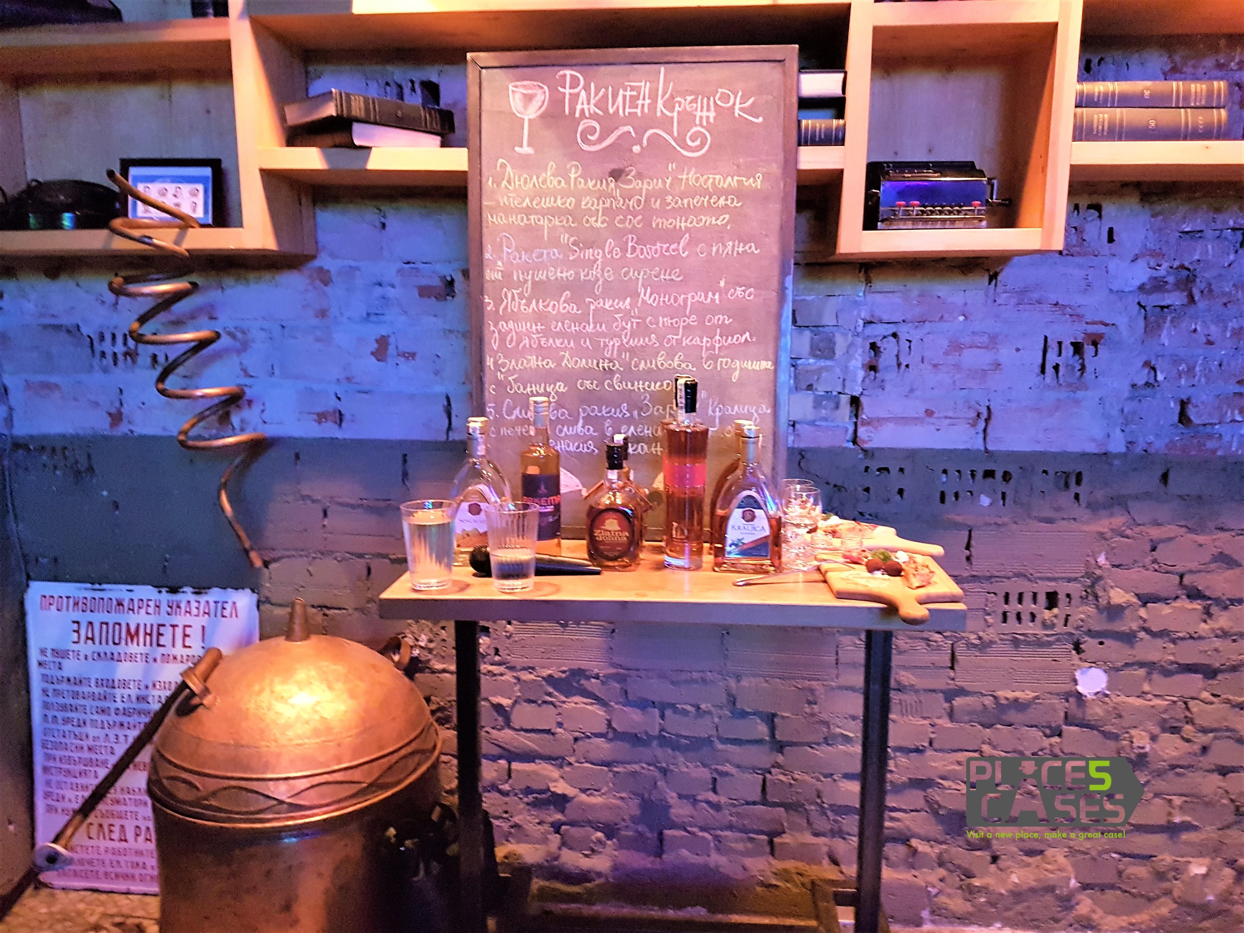 Черната дъска на ракиения кръжок с програмата за деня / The black board of the Rakia workshop, placescases.com